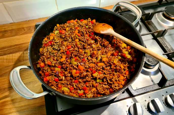 Making Chilli - Add mince and break up