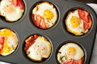 Baked eggs with prosciutto and tomato