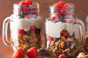 Granola with Greek yoghurt and berries