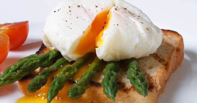 Poached egg on toast with asparagus spears