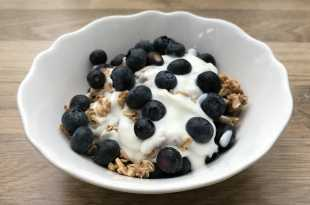 Shreddies Max Oat Granola with Yoghurt and Blueberries