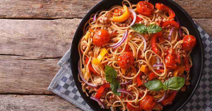 Spaghetti with minced meat and vegetables.
