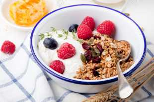 Yoghurt with Granola and Fresh Berries